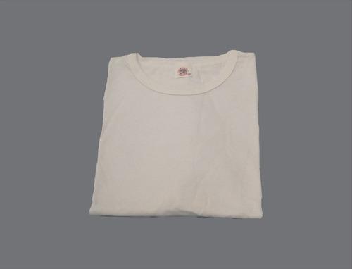 conjunto para presidio, calça brim e camiseta branca.