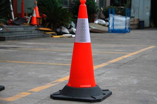 cono de seguridad vial reflectivo 50cm de alto base rigida