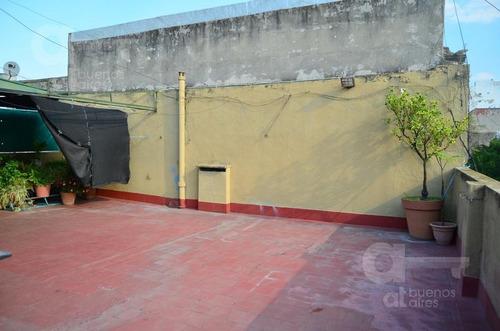 constitución. 2 ph de 3 ambientes con balcón. gran terraza común. oportunidad!