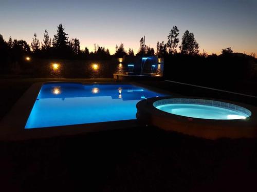 construcción de piscinas y aplicación de revestimiento.