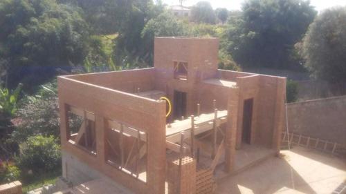 construcción en ladrillos ecológicos.