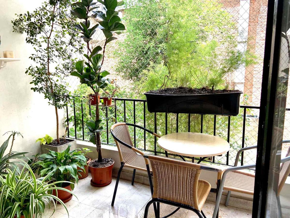 contra frente a jardín amplio tres ambientes con dependencia