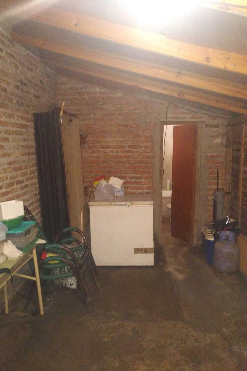 conveniente casa c/local en construcción en pesos
