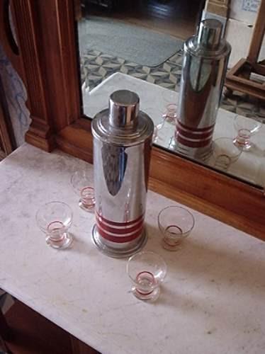 coqueteleira com quatro copos
