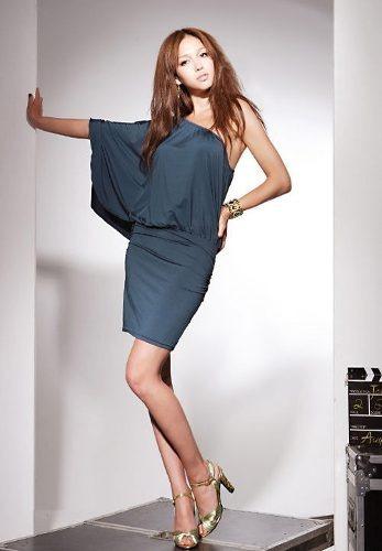 coqueto mini vestido con un hombro