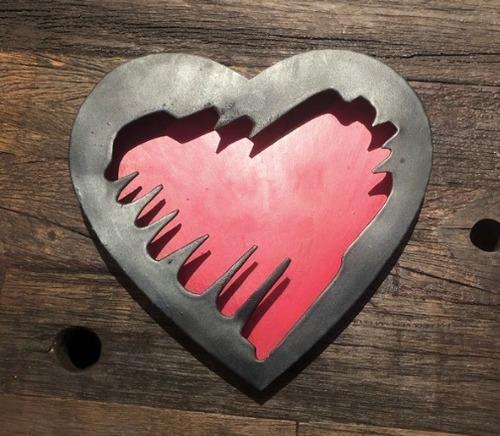 corazón de latón con marco negro
