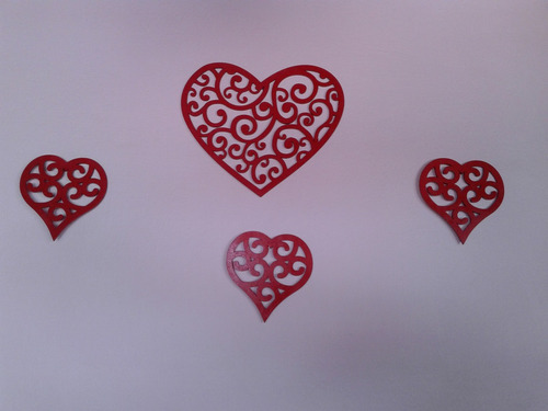 corazones en fibrofacil pintados con acrilico rojo