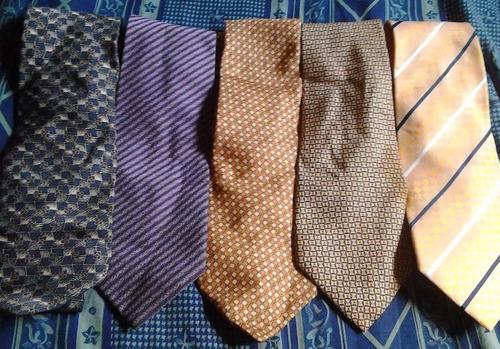 corbatas de varias marcas reconocidas.