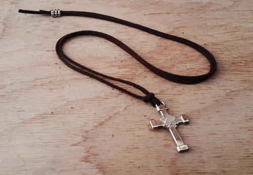 cordão camurça cruz metal