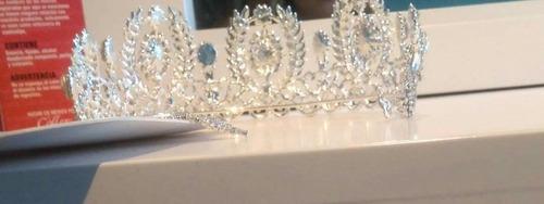 corona alta color plata con piedras