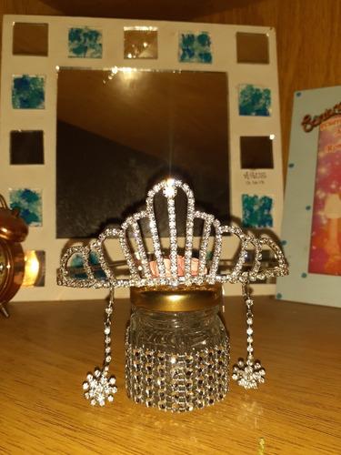 corona, tiara y aros colgantes de brillos
