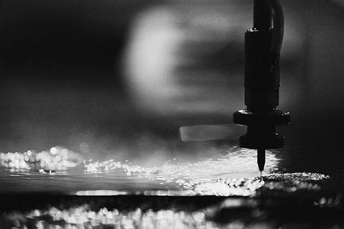 corte de materiales con chorro de agua waterjet