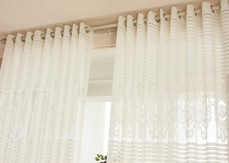 Cortinas modernas para sala con tubo de madera a buen for Donde venden cortinas