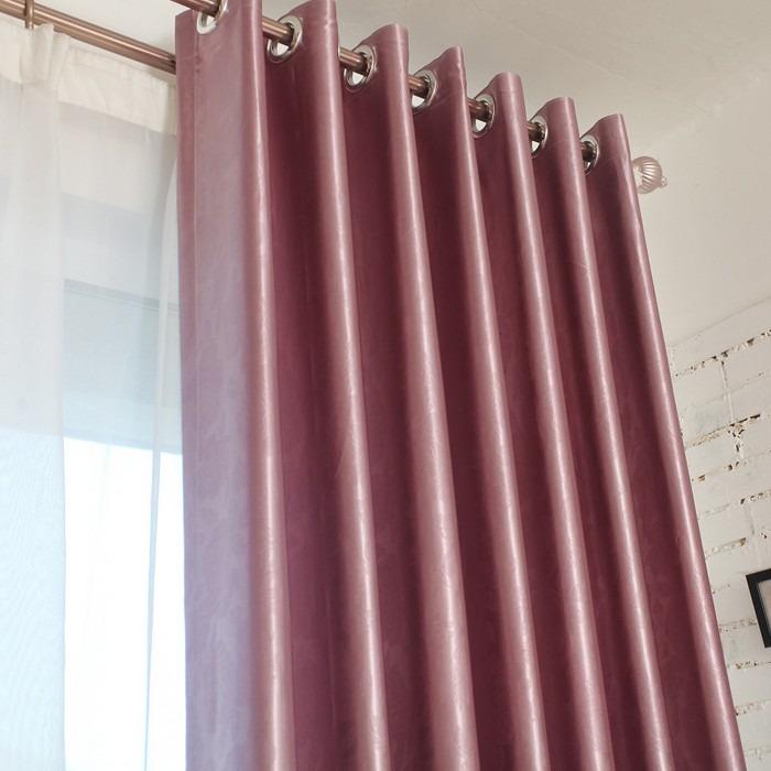 Cortinas modernas para sala con tubo de madera a buen for Ganchos para cortinas de madera