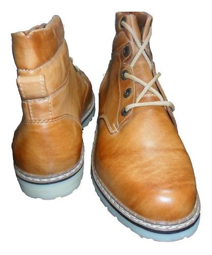coturno bota em couro latego legitimo sola de látex.