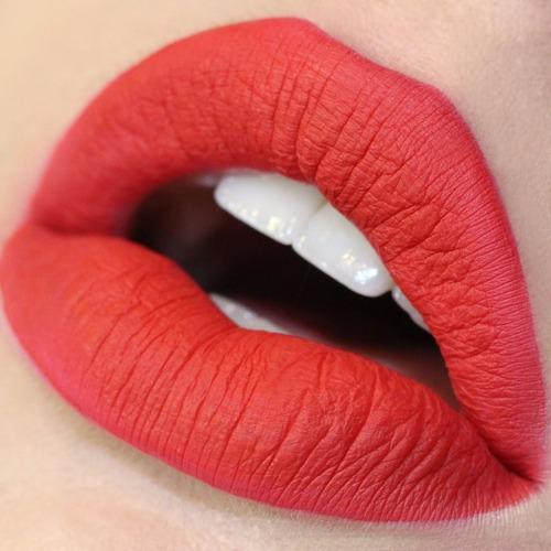 creeper - labial líquido matte rojo azulado de colourpop