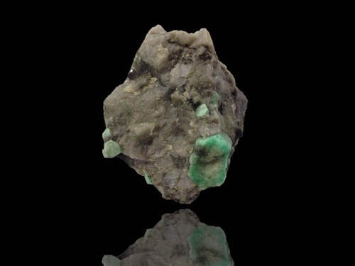 cristal natural esmeralda na matriz bruto coleçao