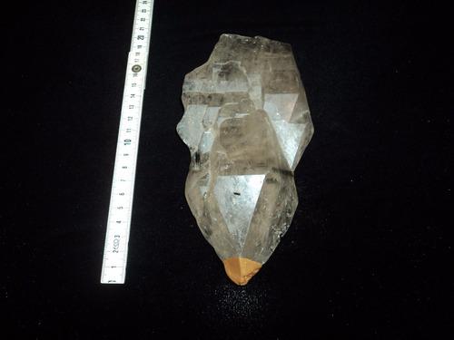 cristal tipo tábua com incrustações de turmalina verde