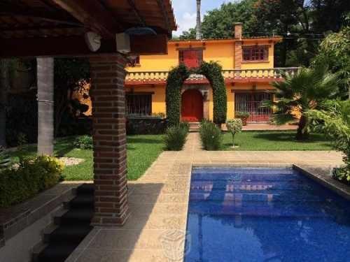 (crm-1404-1373)  casa sobre avenida principal comercial en zona dorada col. vta hermosa