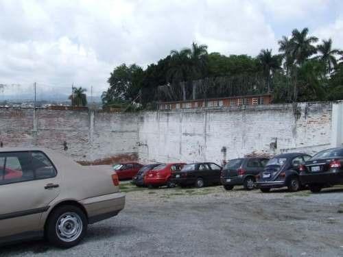(crm-1404-441)  terreno comercial casi plano, con uso de suelo para estacionamiento y auto lavado, cuenta con oficinas, y dos departamen