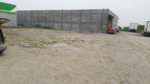 (crm-989-1049)  excelente terreno en renta con uso de suelo comercial. esquina. (vsc)