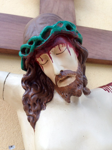 crucifixo em madeira com imagem em resina 1m70cm