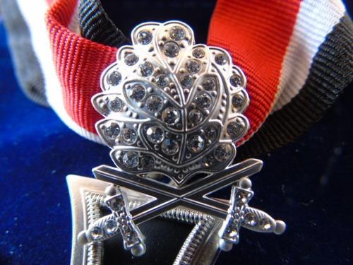 cruz de hierro caballero hoja roble espada con brillantes