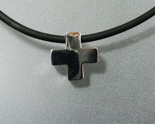cruz suiza con caucho en plata ley 0.925