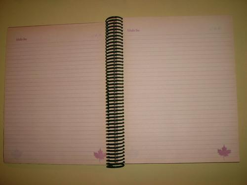 cuaderno con tapas de corcho y hojas