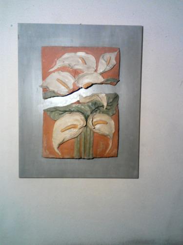 cuadro con calas de ceramica en relieve.