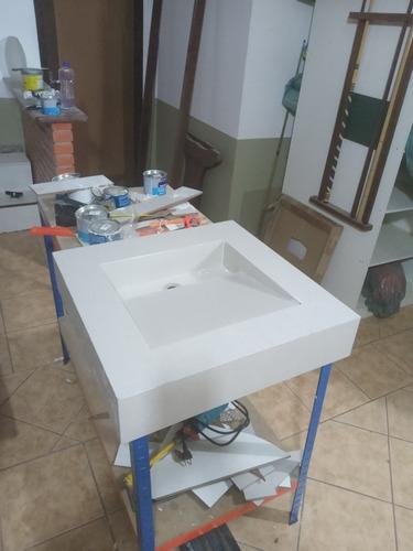 cuba esculpida em porcelanato medindo 59x59cm