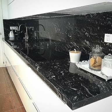 Cubierta para cocina en marmol negro marquina for Precio metro lineal encimera granito