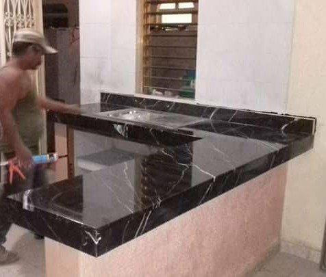 Cubierta para cocina en marmol negro marquina for Marmol negro para cocina