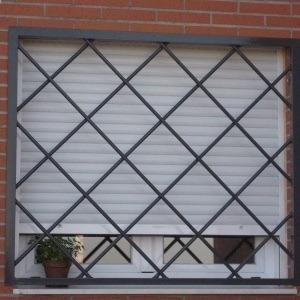 cubre-ventanas, rejas metálicas, puertas, pasamanos, metal.