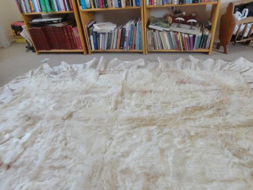 cubrecama de piel, tambien sirve de alfombra de piel