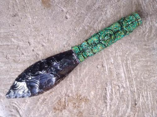 cuchillo ceremonial de obsidiana con cacha de malaquita
