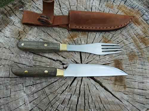 cuchillo y tenedor con vaina de cuero y broche. acero