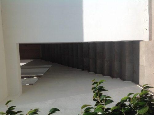 cuenta con 260 m2 de terreno y con una construcción de 400 m2 distribuida de la siguiente manera:sala y comedor corridos con techos a doble altura y un medio baño para visitas, cuarto de servicio y