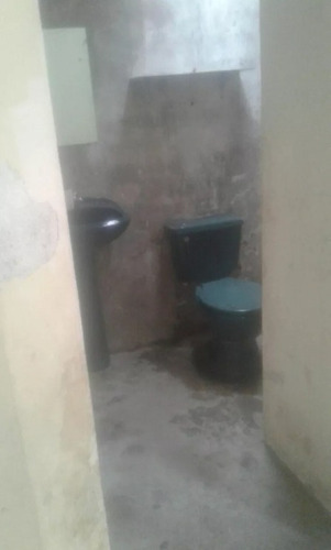 cuenta con 3 cuartos un baño,lavandería y un amplio patio