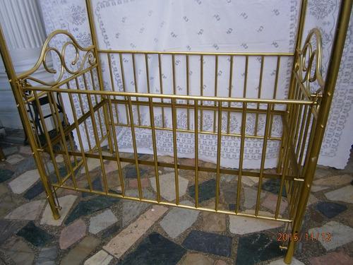 cuna antigua en bronce con techo