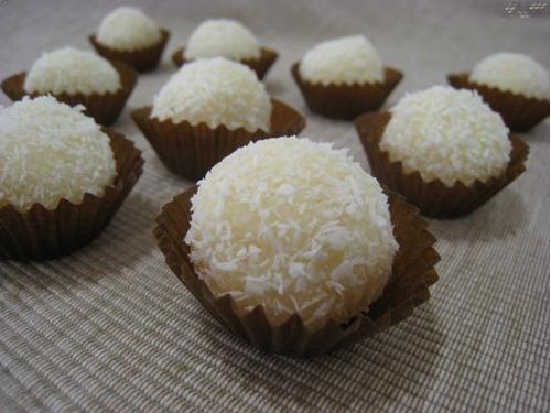 cupcakes, galletas, trufas y fuente de chocolate.