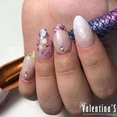 curo de manicure y uñas acrílicas