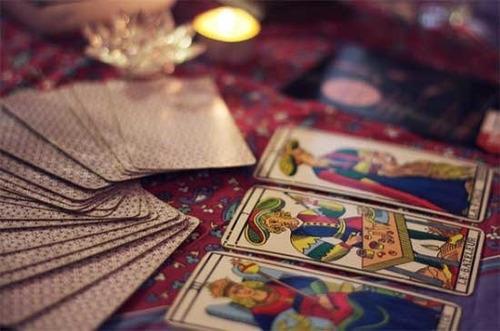 curoso y consulta de tarot, tiradas de carta, péndulo, runas