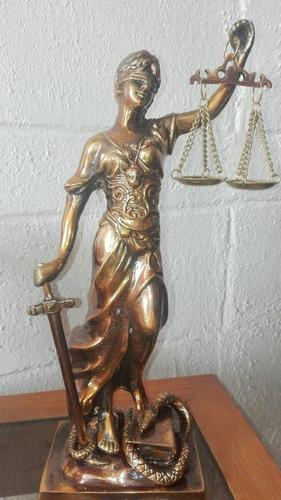 dama de la justicia de bronce