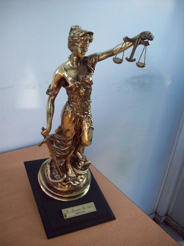 dama  de la justicia  ideal  para  abogados