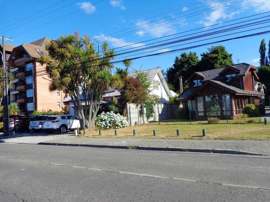 de las pocas casas que van quedando frente al lago en la costanera principal