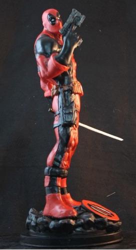 deadpool escultura 40 cm