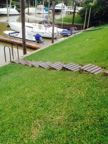 deck de madera dura en baldosas para exterior
