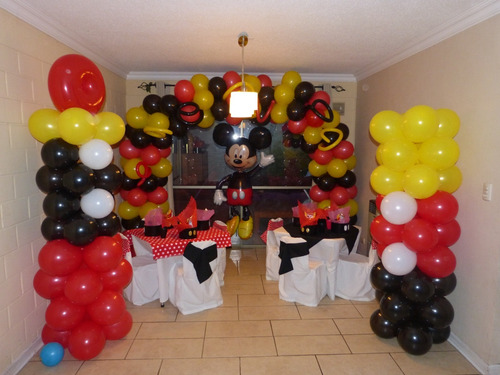 decoración con globos, cajitas dulces y mobiliario infantil