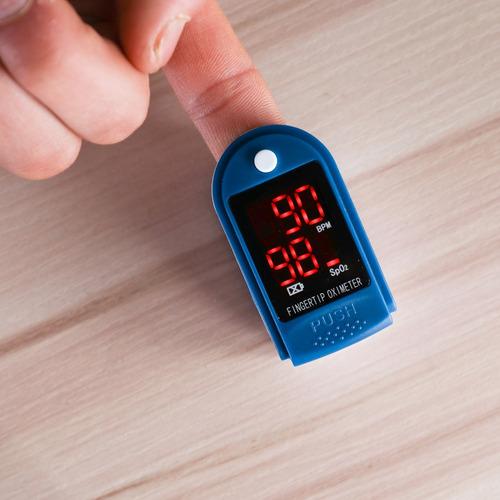 dedo pulso oxígeno saturación monitor sangre oxímetro sangre